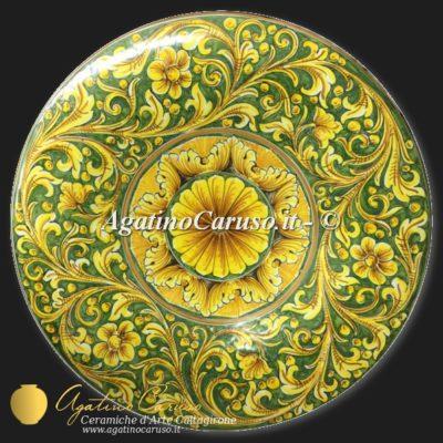 Ceramiche Siciliane. Piatto in maiolica dipinto a mano con ornato fondo verde rame