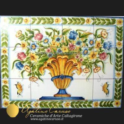 Pannello in ceramica di Caltagirone dipinta a mano. Vaso con fiori e farfalle