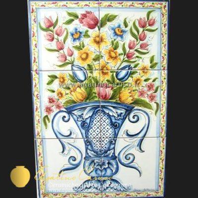 Pannello in ceramica di Caltagirone dipinta a mano. Vaso in blu e fiori in policromia