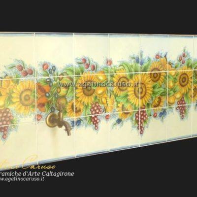 Pannello in ceramica di Caltagirone dipinta a mano. Girasoli e frutta mediterranea