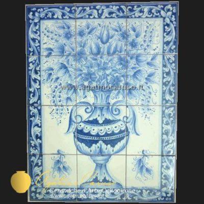 Pannello in ceramica di Caltagirone dipinta a mano. Vaso in monocromia blu