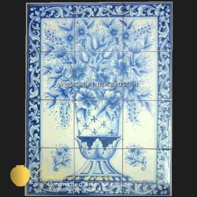 Pannello in ceramica di Caltagirone dipinta a mano. Vaso in monocromia blu antico