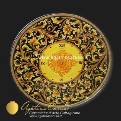 Orologio in ceramica di Caltagirone dipinta a mano, decoro ornato fondo nero
