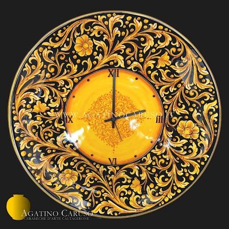 Piatto ad orologio in ceramica di Caltagirone decoro ornato Caruso fondo nero su smalto lucido brillante