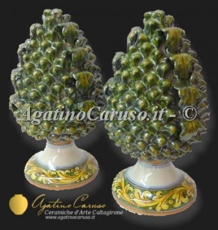 Pigna in ceramica di Caltagirone modellata e dipinta a mano. Agatino Caruso