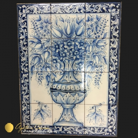 Pannello in ceramica dipinto a mano raffigurante vaso con fiori in monocromia blu cobalto