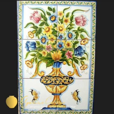 Pannello in ceramica di Caltagirone dipinta a mano. Vaso fiorato con farfalle