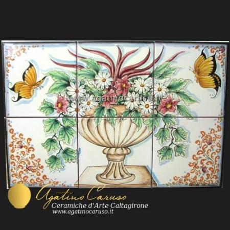 Pannello in ceramica di Caltagirone dipinta a mano. Fiori e farfalle