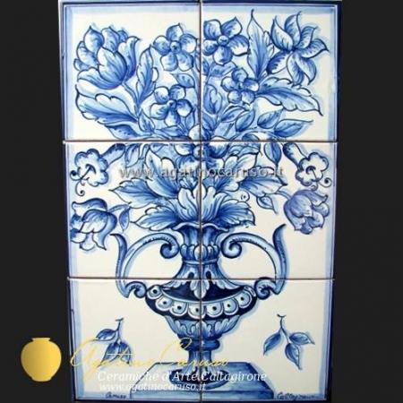 Pannello in ceramica di Caltagirone dipinta a mano. Vaso e fiori