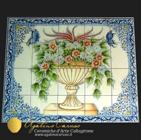 Pannello in ceramica di Caltagirone dipinta a mano. Vaso con decoro a foglie blu